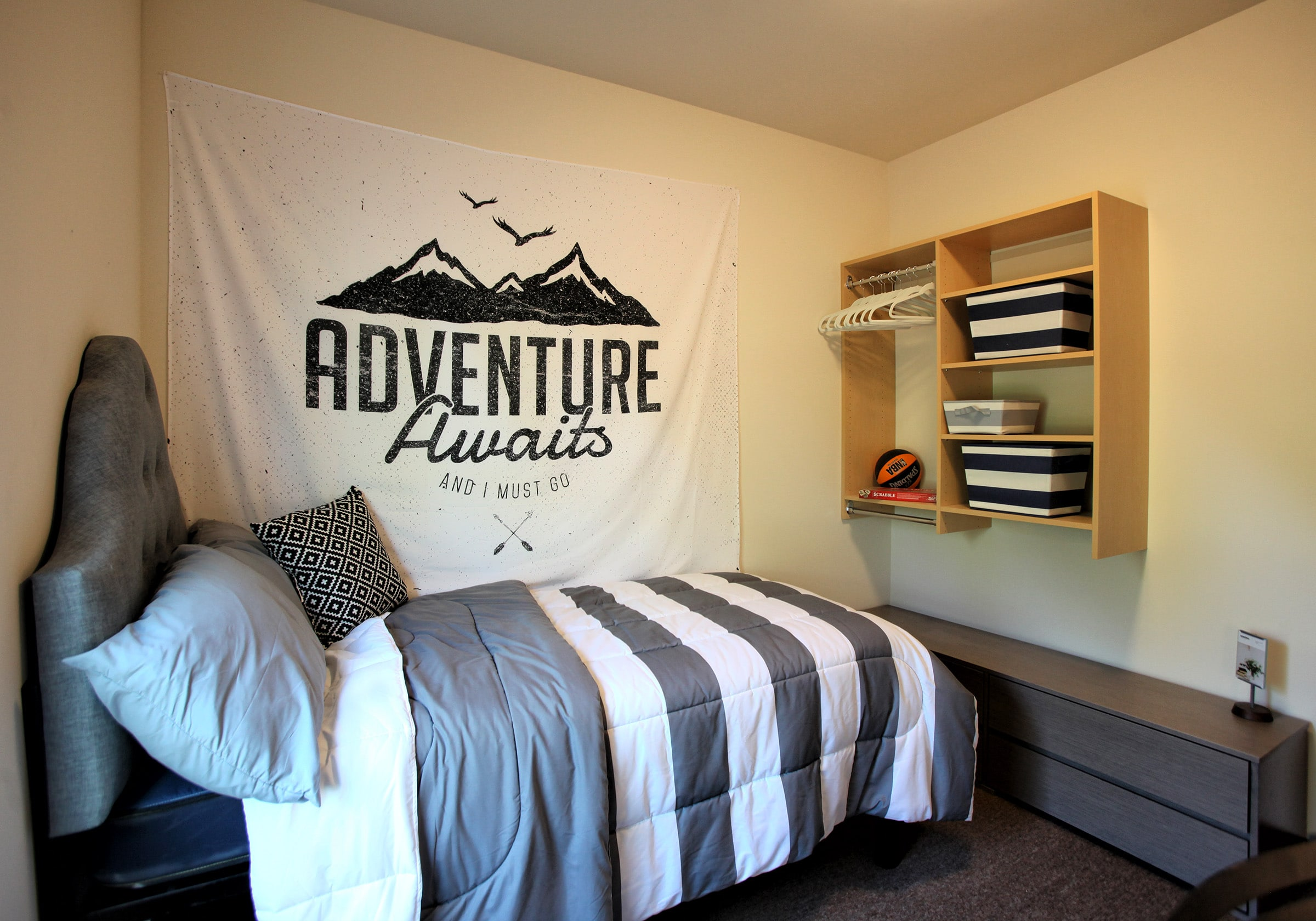 Vue bedroom with bed and shelf on wall