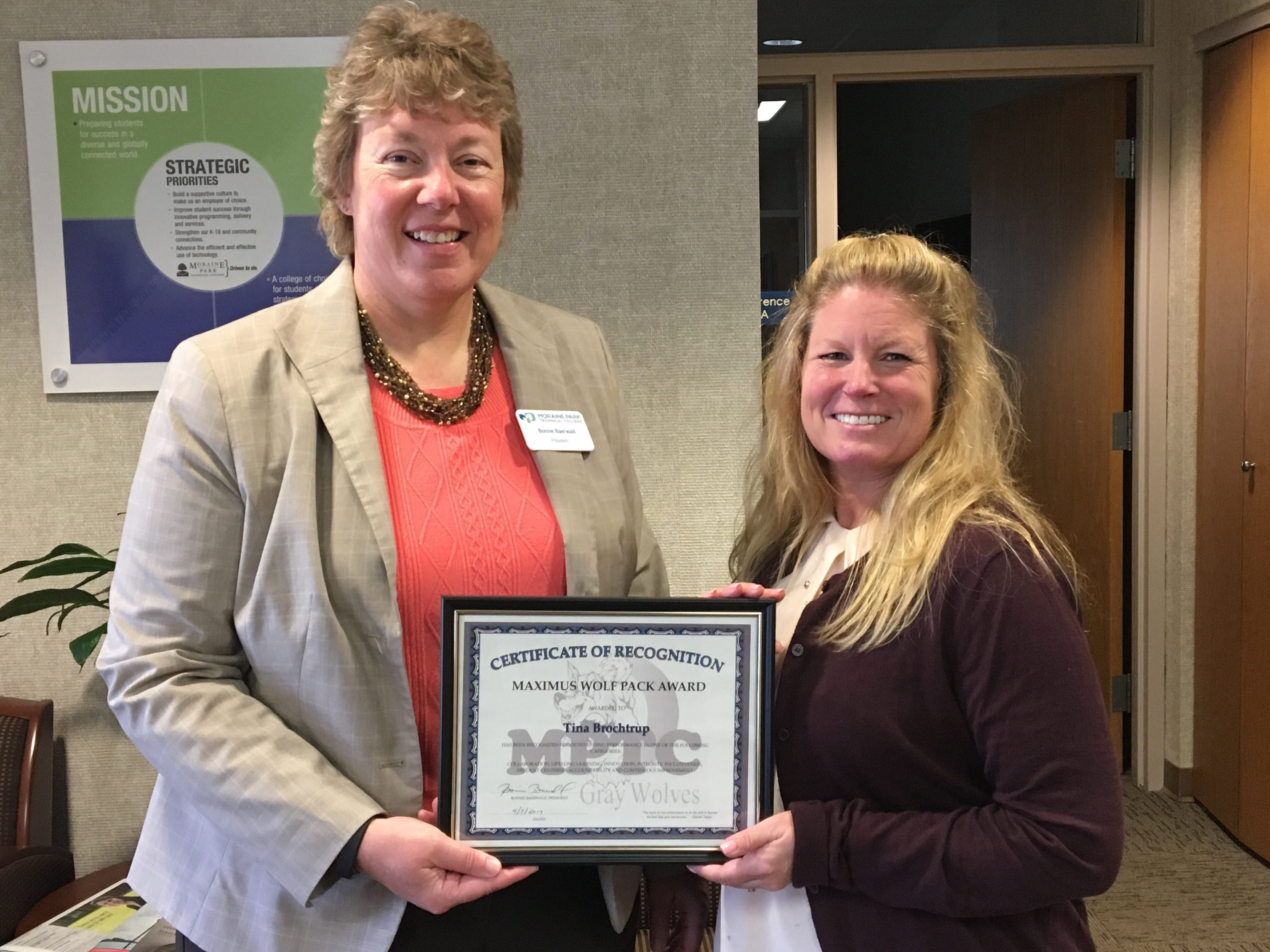 Bonnie Baerwald hands Maximus Award plaque to winner Tina Brochtrup